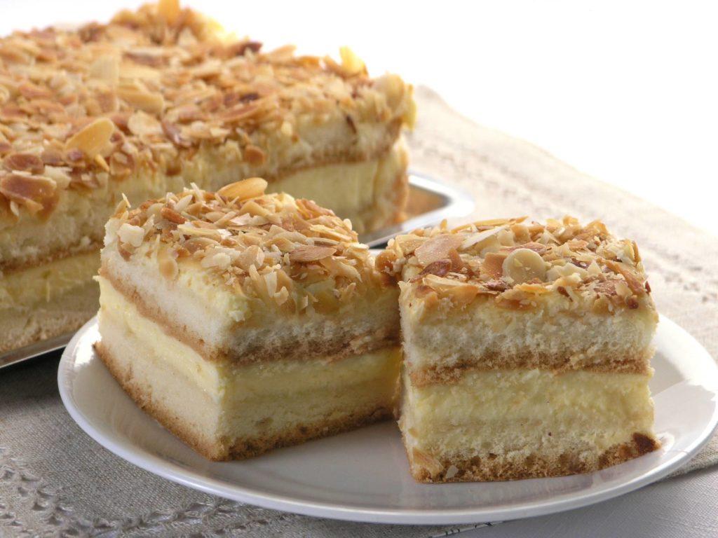 Ciasto  nasączone ponczem z płatkami z orzeszków arachidowych