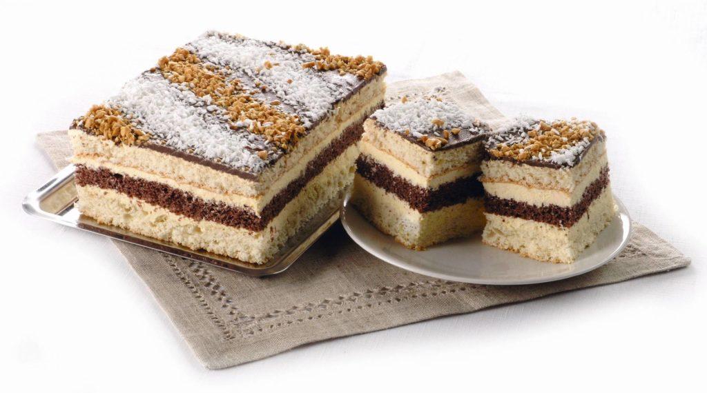 Wąskie ciasto przekładane jasnym i ciemnym biszkoptem z polewą kakaową i wiórkami