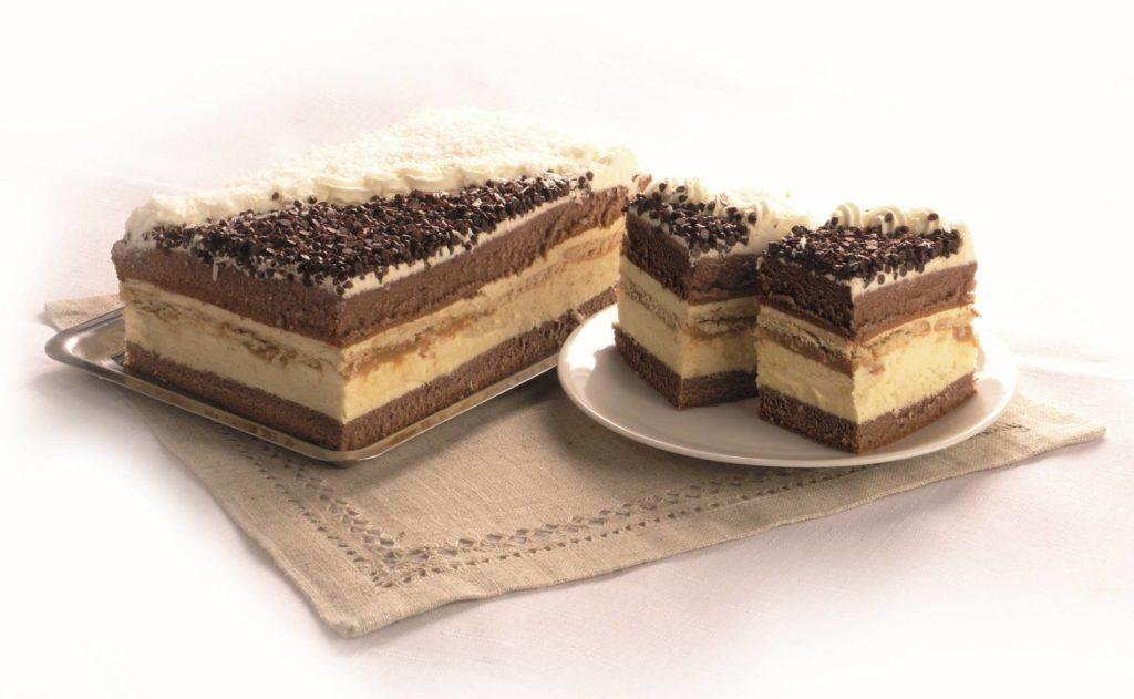 Ciasto z kremem budyniowym z herbatnikami, karmelem i wiórkami kokosowymi