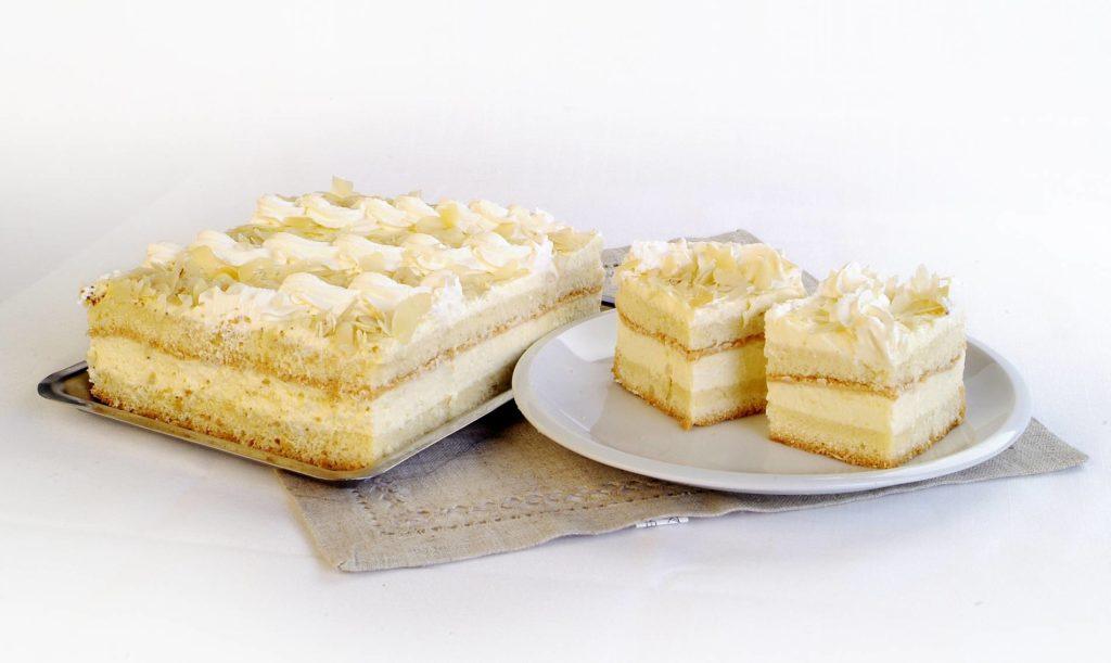 Puszyste ciasto z bitą śmietaną, budyniem i płatkami z orzeszków arachidowych