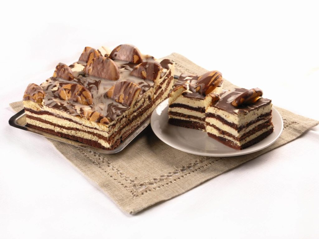 Ciasto na ciemnym biszkopcie, przekładane kremem budyniowym