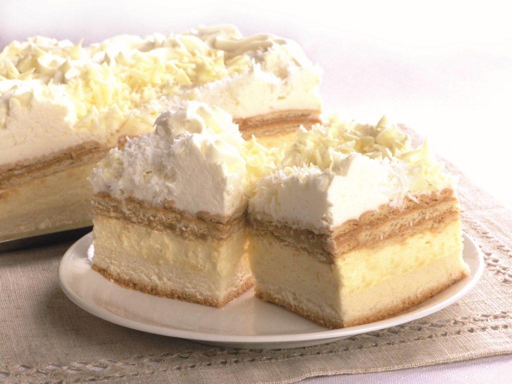 Ciasto na jasnym biszkopcie, przełożone karmelem i bitą śmietaną