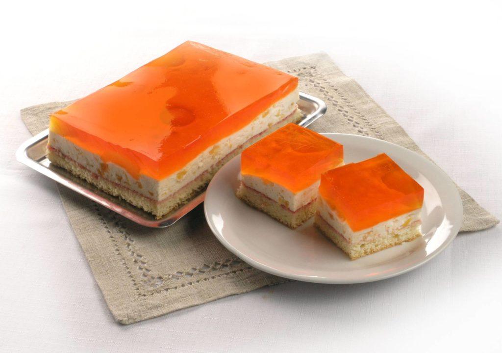 Ciasto na jasnym biszkopcie z masą śmietankowo-morelową, morele zalane galaretką pomarańczową