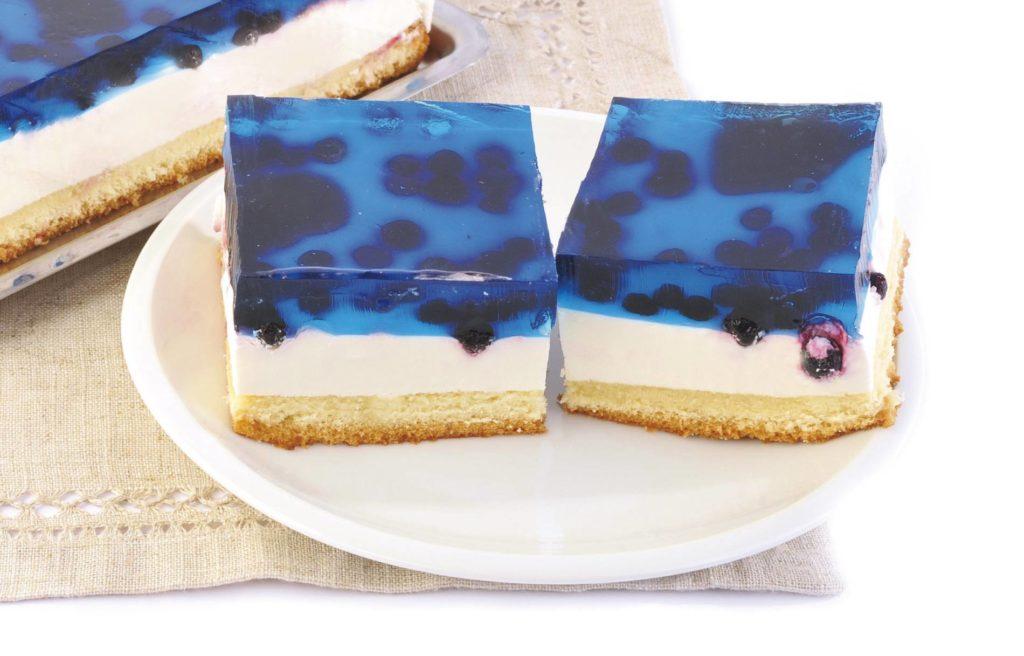 Ciasto biszkoptowe nasączone ponczem z masą jogurtową, czarnymi porzeczkami i galaretką